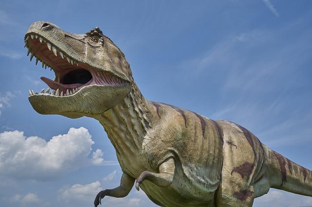 Eine Nachbildung eines Dinosauriers in freier Natur.