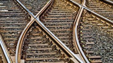 sich überkreuzende Bahnschienen
