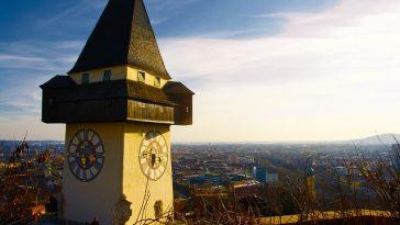 Der Grazer Uhrturm und im Hintergrund die Stadt Graz
