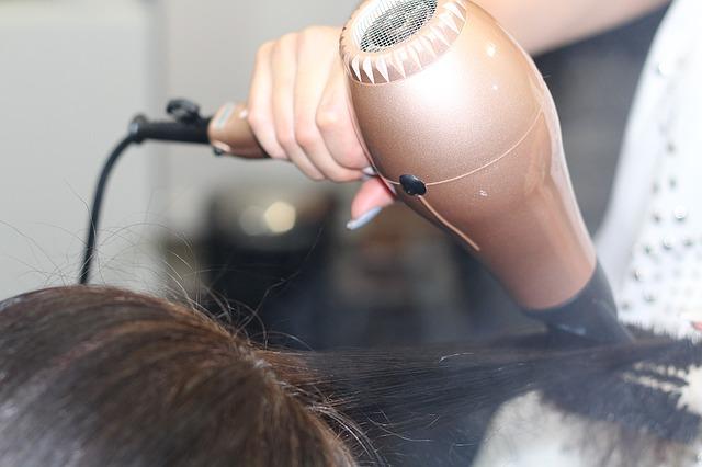 Die Haare einer Kunden werden gerade geföhnt