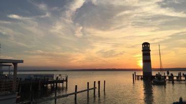 Abendstimmung mit Leuchtturm an der Küste des Neusiedlersees