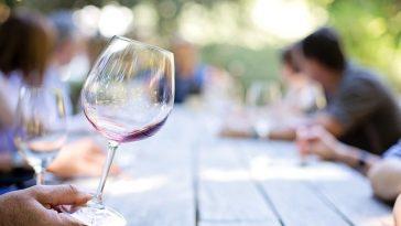 Weinverkostung - Weinglas vor den Besuchern
