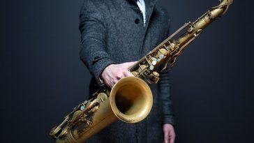 Saxophonspieler zeigt sein Musikinstrument