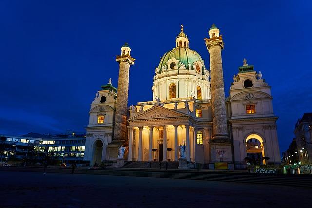 Außenansicht der Karlskirche bei Nacht inklusive einer Beleuchtung.